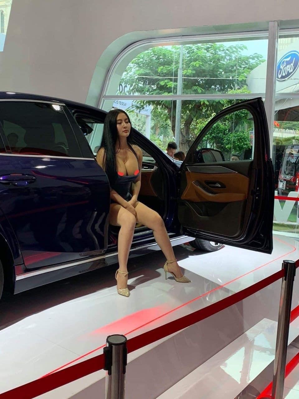 [Khủng hoảng truyền thông] Người mẫu Võ Huỳnh Ngọc Phụng lộ ngực bên xe Vinfast tại triển lãm ô tô Việt Nam - VMS 2019